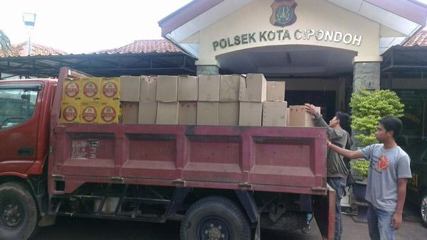 polisi-grebek-distributor-miras-di-cipondoh