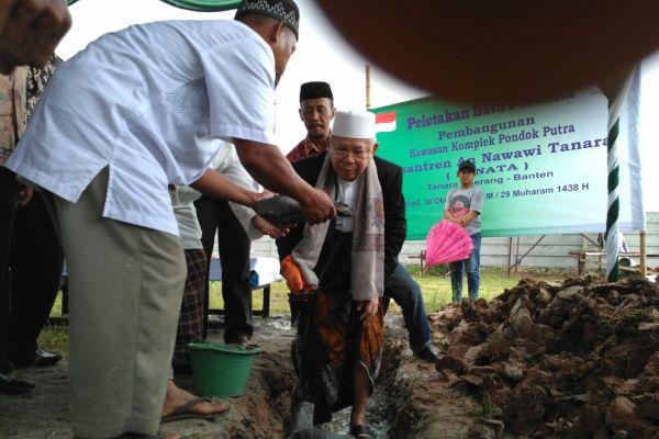 Peletakan batu pertama kawasan komplek pondok putra di Ponpes Nawawi Al Bantani Tanara. (ist)