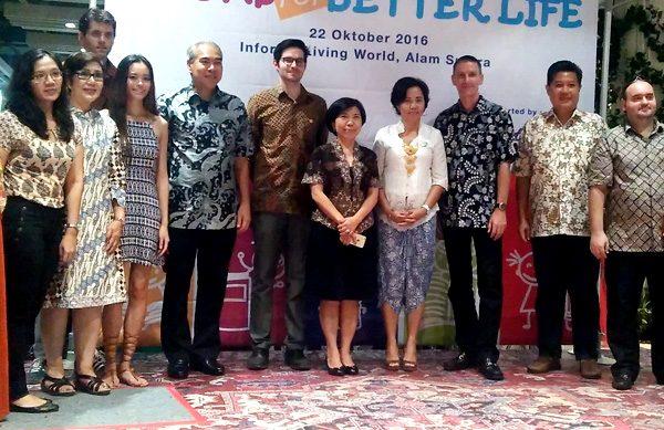 Bertram Flesch, Pesiden Rotary Club Tangerang berkaca mata (tengah) bersama anggota. (ist)