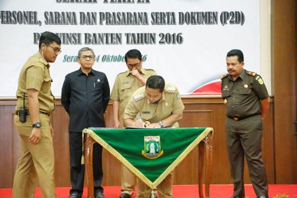 Walikota Tangerang menandatangani serah terima P2D di Pendopo Gubernur Banten. (ist)