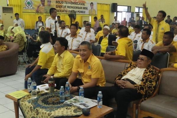 Sachrudin (duduk, kedua dari kiri) saat menghadiri Muscab V DPD Golkar Kota Tangerang. (uad)