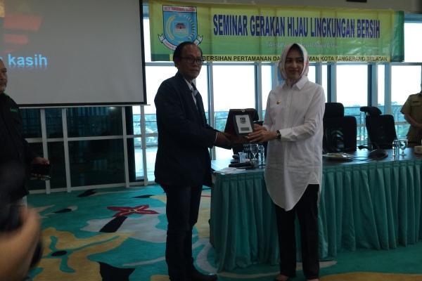 Walikota Tangsel saat seminar Lingkungan Hijau Bersih di Balaikota. (nad)