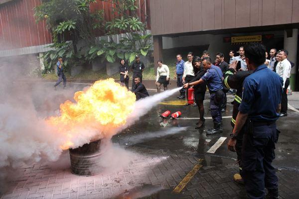 Petugas Damkar memadamkan api pada simulasi kebakaran di Hotel Santika Premiere Bintaro. (nad)