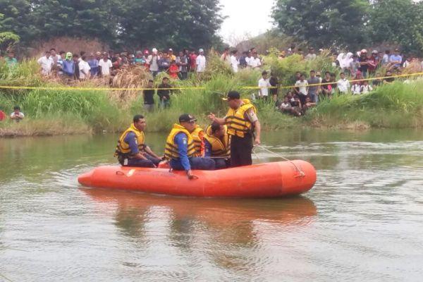 Tim BPBD Kota Tangerang melakukan pencarian dua pemuda tenggelam di Danau Alam Raya. (uad)