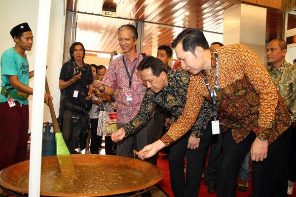 Triawan Munaf dan Ryan Adrian mencoba mengaduk adonan dodol di salah satu stand kuliner PRI. (ist)