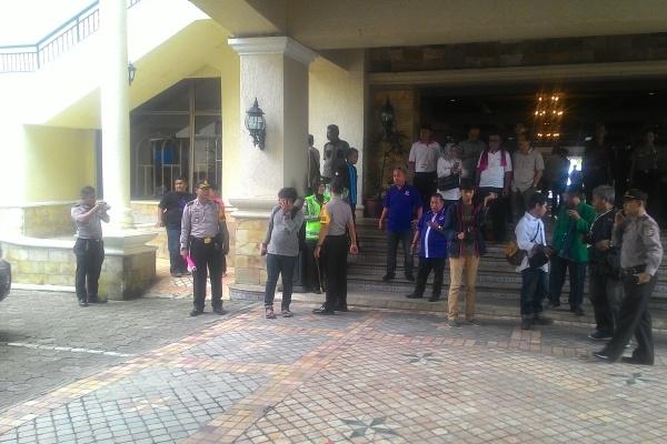 Polisi mengawal jalannya proses pengundian nomor urut pasangan Cagub dan Cawagub Banten di Cilegon. (uad)