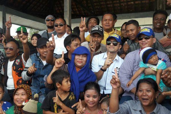 Akrab, Cagub Banten Wahidin Halim (kanan) bersama warga Pantura Tangerang. (uad)
