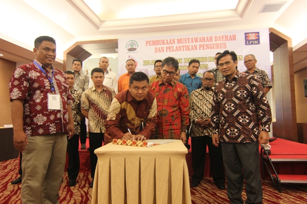 Ketua DPD Aspertanas Banten (tenga) saat Musda Aspertanas di Serpong. (kie)