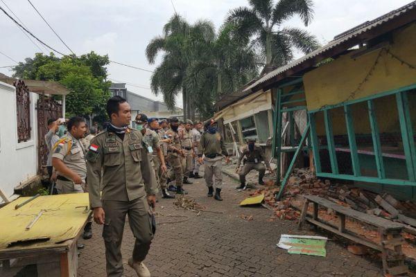 Satpol PP membongkar bangunan liar di Bukit Nusa Indah. (nad)