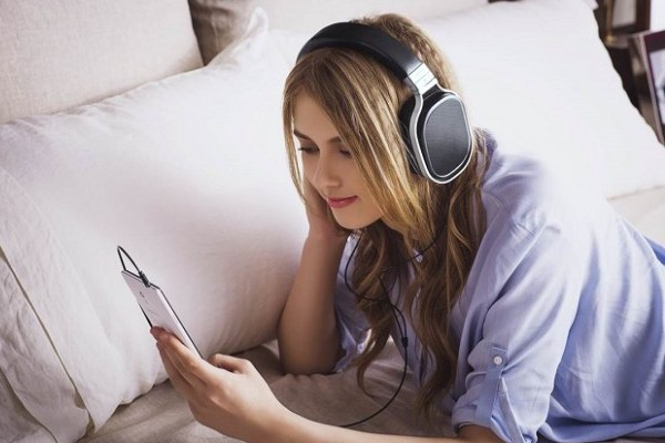 Memakai headphone terlalu lama berbahaya. (net)