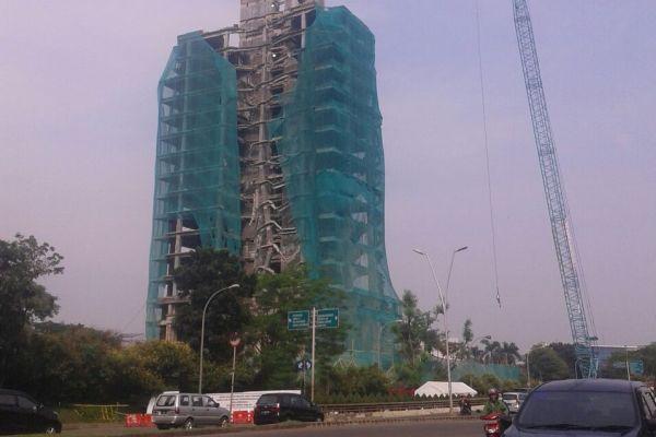 Gedung di Bintaro mulai runtuh setelah ditimpa beban 312 Ton. (nad)
