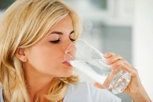 Minum terlalu banyak air memberi efek buruk. (net)