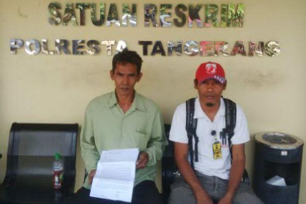 Manap (kiri) usai membuat laporan di Polresta Tangerang. (day)