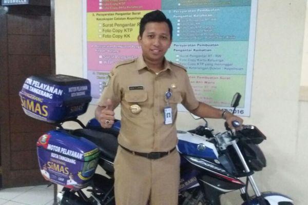 Lurah Jurumudi Baru Kecamatan Benda saat mengecek pelayanan sepeda motor keliling. (uad)