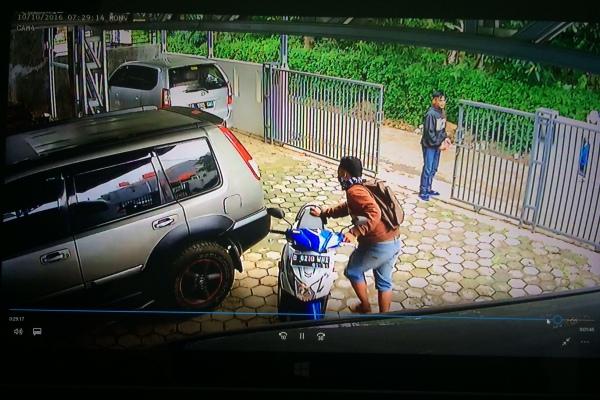 Dua pelaku curanmor terekam CCTV saat mencuri sepeda motor di Pondok Kacang Barat. (nad)