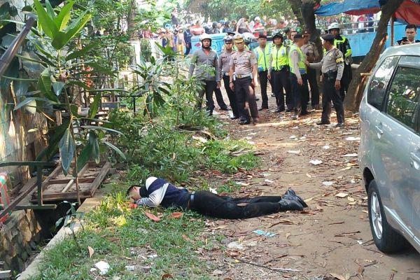 Pelaku terkapar setelah dilumpuhkan petugas usai menyerang pos polisi kawasan Cikokol Kota Tangerang. (uad)