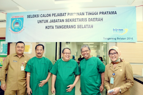 Direktur RSU Kota Tangsel, drg Maya Mardiana mendampingi tiga calon sekda yang menjalani pemeriksaan kesehatan. (ist)
