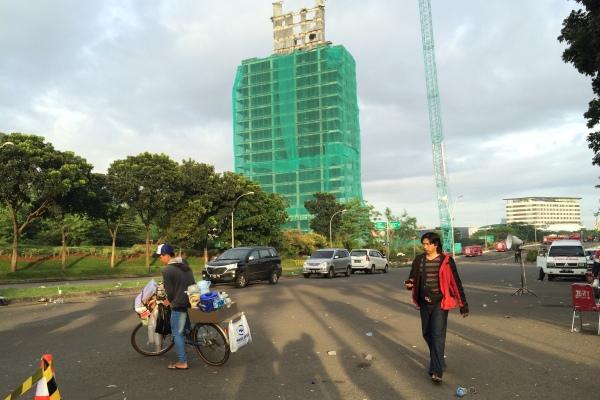 Masih kokoh, gedung Bank Panin yang dirobohkan di Bintaro. (nad)