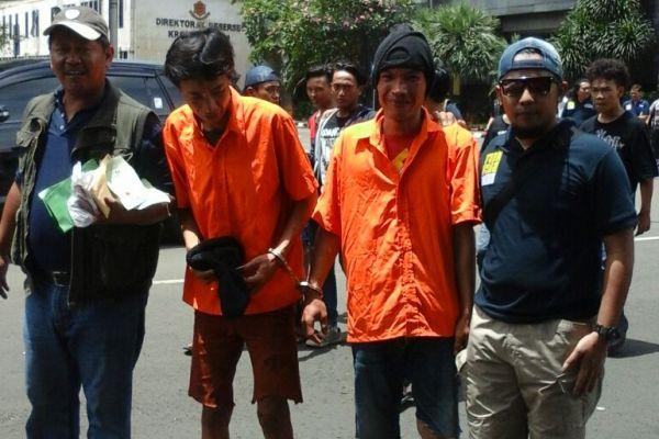 Polisi menggiring dua preman yang diamankan. (uad)