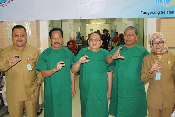 Tiga calon Sekda Tangsel foto bersama usai cek kesehatan di RSU Tangsel. (nad)