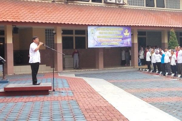 Ketua PGRI Kota Tangerang, Jamaludin memimpin apel Hari Guru Nasional. (pp)