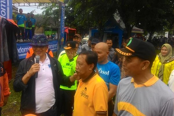 Wahidin Halim bersama warga Perumahan Cikande, Serang. (uad)