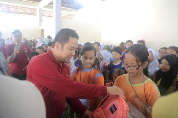 Walikota memberikan bantuan kepada warga pada perayaan HKN. (ist)