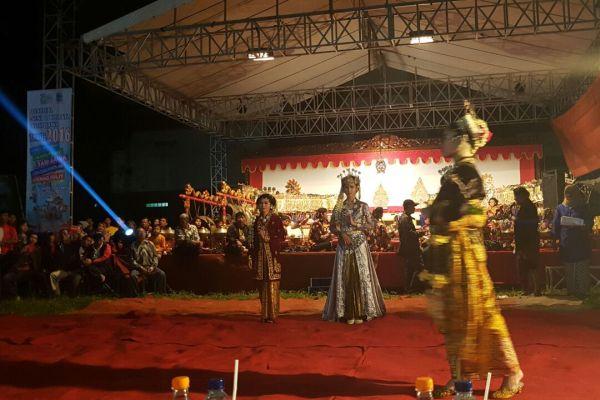 Penari meramaikan Festival Adat Jawa yang digelar Kantor Budpar Tangsel. (nad)