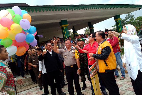 Kapolres AKBP Ayi Supardan bersama walikota dan tim pemenangan melepas balon usai deklarasi damai. (bd)
