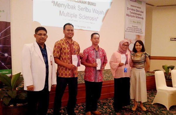 """Peserta seminar mendapatkan buku """"Menyibak Seribu Wajah Multiple Sclerosis"""" di Siloam Hospitals Karawaci-Tangerang. (bd)"""