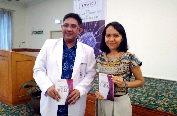 Winda, penulis buku yang juga penderita MS bersama dokter Yusak. (bd)