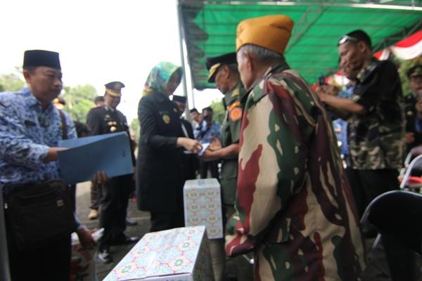 Para veteran di Kota Tangsel menerima bantuan dari pemerintah daerah. (kie)