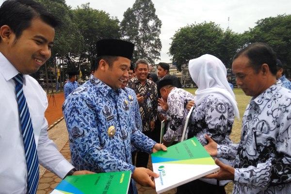 Walikota Tangerang dan perwakilan BPJS memamerkan draf kerjasama. (pp)