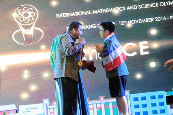 Walikota Tangerang memberikan medali kepada juara IMSO 2016. (ist)