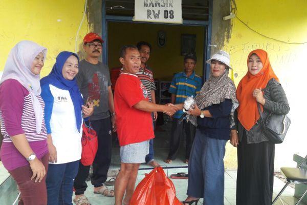Relawan WH-Andika menyalurkan bantuan kepada korban banjir. (uad)