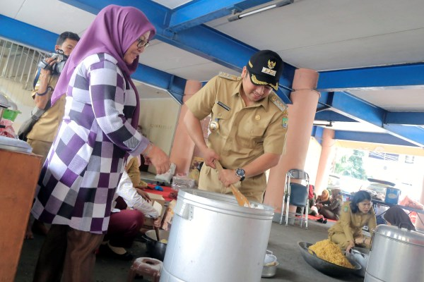 Walikota saat mengunjungi dapur umum korban banjir. (ist)