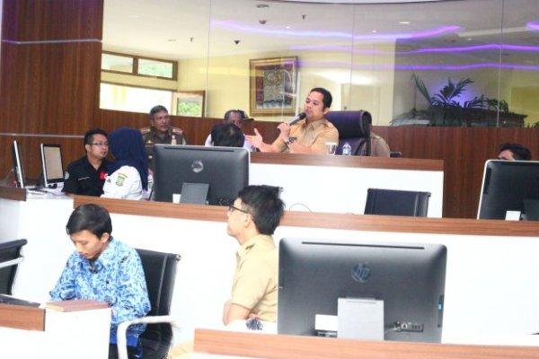 Walikota Tangerang saat memberi arahan di Tangerang LIVE Room.