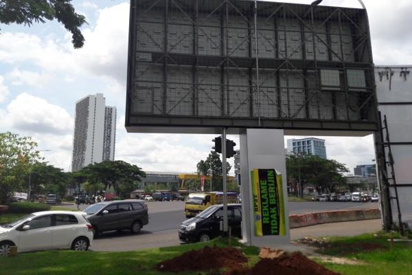 Disegel, videotron di Jalan Raya Serpong. (ard)