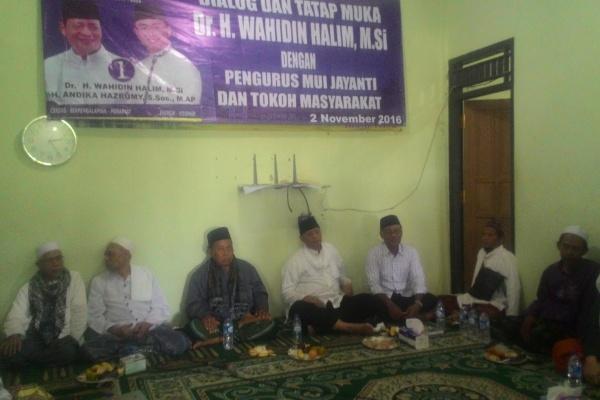 Wahidin Halim bersama tokoh dan masyarakat Jayanti. (uad)