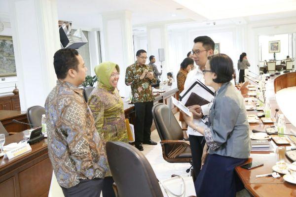 Walikota Tangerang (kiri) berbincang bersama walikota Surabaya dan Bandung. (ist)