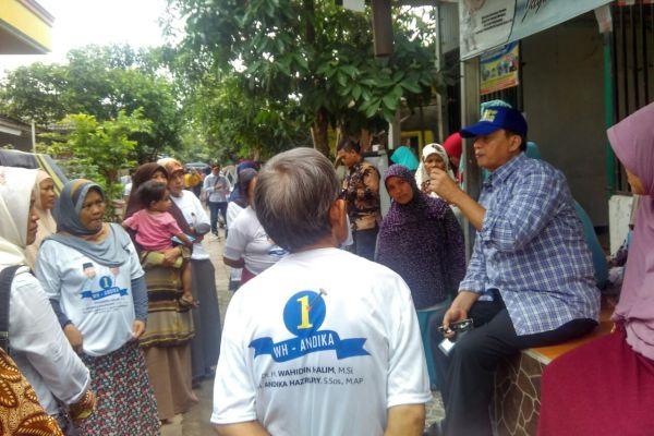 Cagub Banten, Wahidin Halim berdialog dengan pengrajin tempe. (uad)