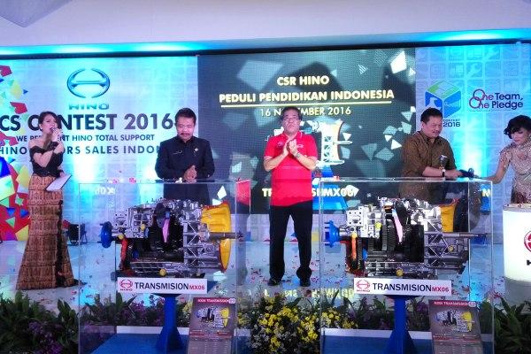 HINO memberikan simulator kepada sekolah di Tangerang. (pp)