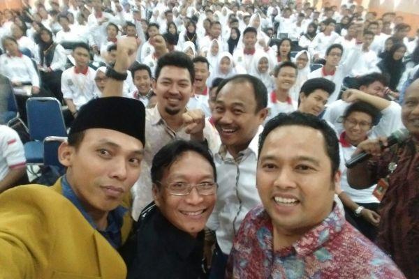 Walikota Tangerang dan pelajar melakukan foto wefie. (uad)