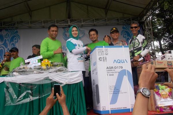 Walikota Tangsel didampingi Camat Setu (kiri) memberikan hadiah kepada pemenang Funbike. (ist)