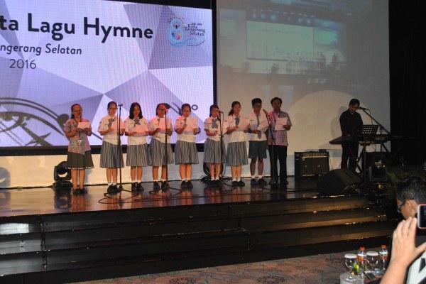 Salah satu peserta lomba Lagu Hymne Tangsel tampil membawakan lagu. (ijul)