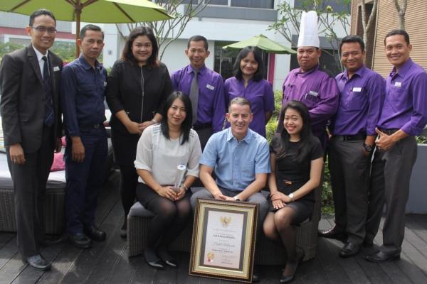Karyawan Mercure Hotel Alam Sutera memamerkan penghargaan Adikarya Wisata. (fit)