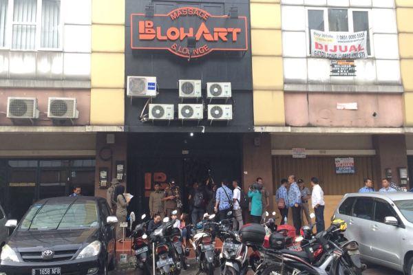 Panti pijat Blow Art di Ruko Golden Boulevard disegel petugas. (nad)