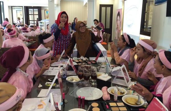 Ibu-ibu antusias ikut pelatihan tata rias yang digelar BPMPPKB. (nad)