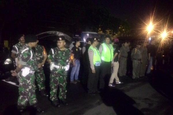 Petugas gabungan melakukan apel di Polres Metro Tangerang sebelum razia. (uad)