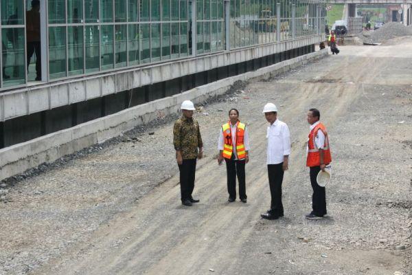 Presiden Jokowi didampingi para Menteri meninjau proyek Kereta Bandara Soetta. (uad)